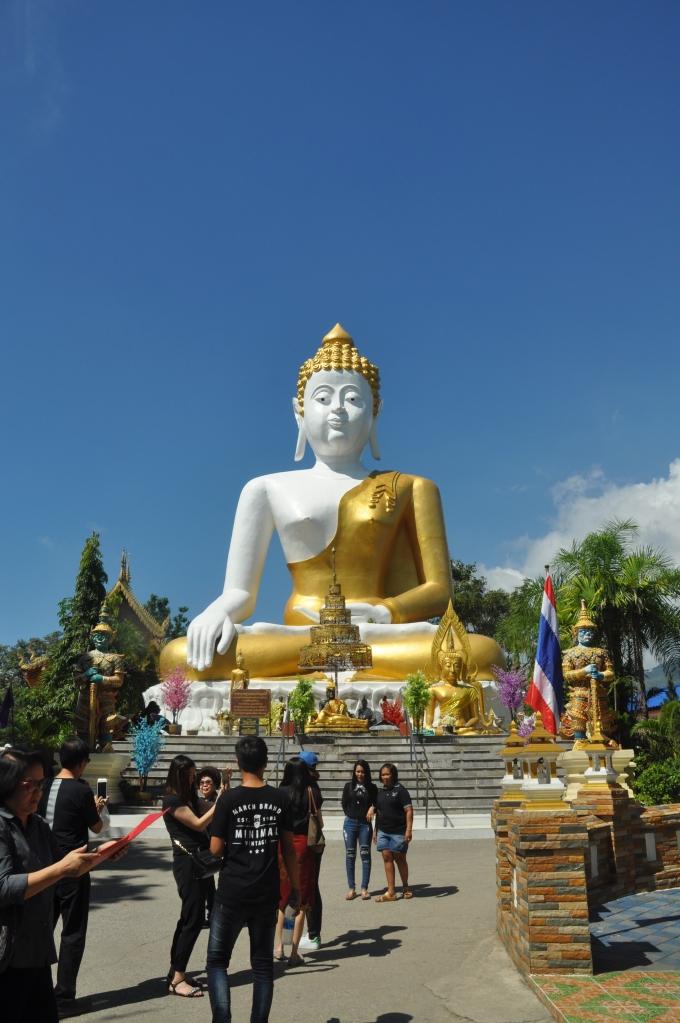 sitting giant buddha